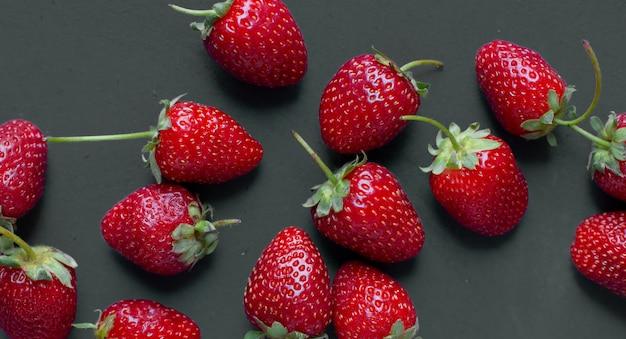 Démonstration de fraises sur une table grise.