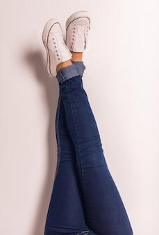 Démonstration des jambes de jeans pour femmes