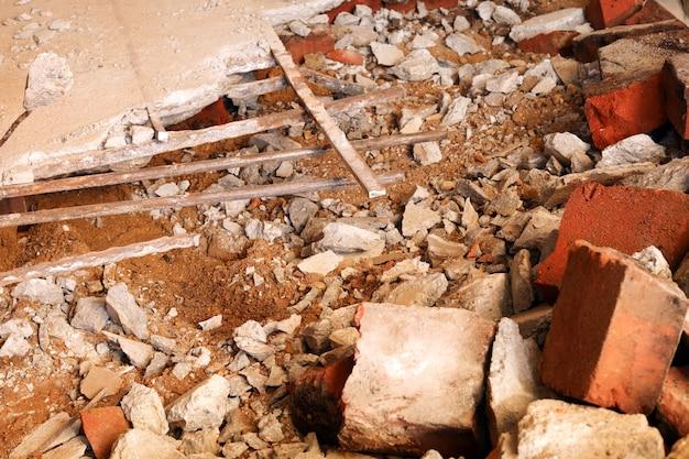 Démontage, démontage du sol. sol en béton concassé et briques. détruire la surface de béton. rénovation, immeuble ancien, construction.