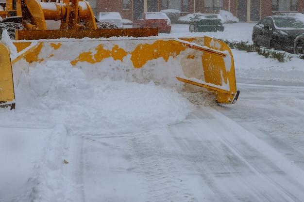 Déneigement. tracteur ouvre la voie après de fortes chutes de neige.
