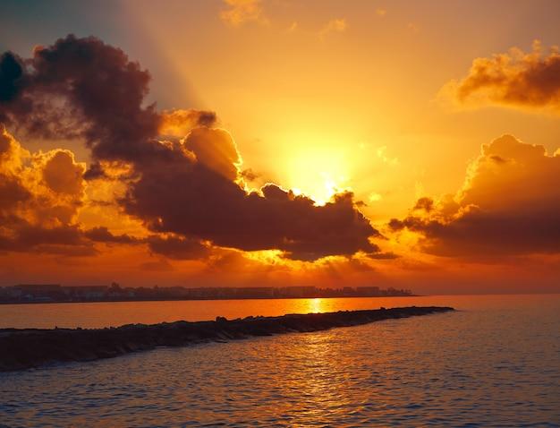 Denia skyline au coucher du soleil avec en espagne