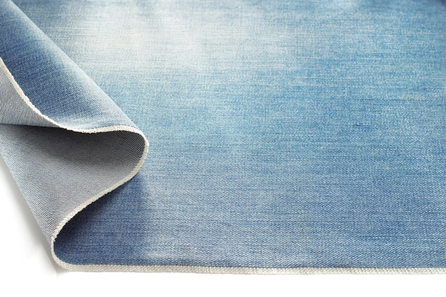 Denim bleu jeans isolé sur fond blanc
