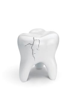 Dent fissurée sur surface blanche