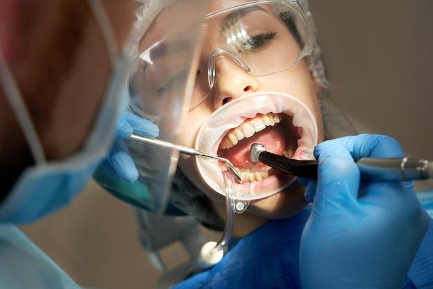 Dent de forage dentiste à patiente