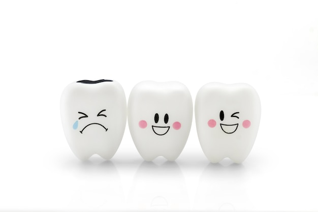 Dent sourire et pleurer émotion isolé sur fond blanc, avec un tracé de détourage.