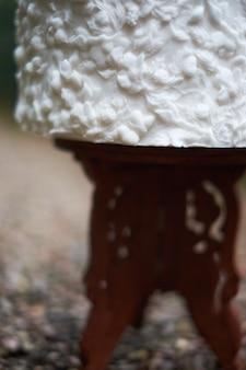 Dentelle de gâteau de mariage blanche luxueuse, décorée avec des ornements blancs sur le stand lors du mariage