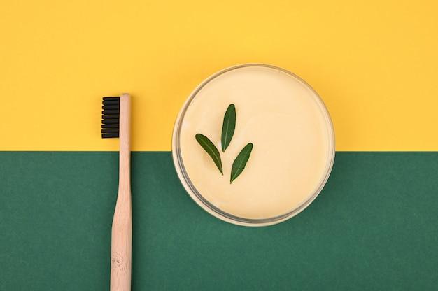 Dentifrice naturel. couleur de l'arrière plan. vue d'en-haut. place pour une inscription. pâte à base de plantes