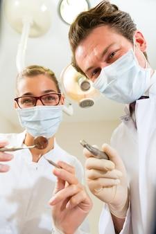 Dentiste et assistant à un traitement, du point de vue d'un patient