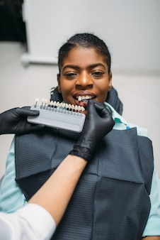 Dentiste choisissant la teinte des dents