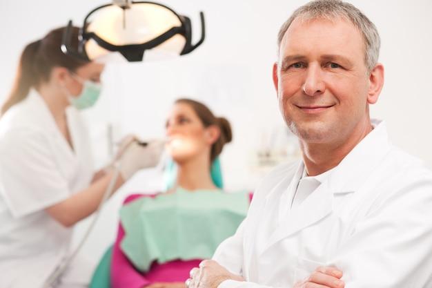 Dentiste dans son cabinet