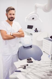 Dentiste, debout, sien, bras croisés