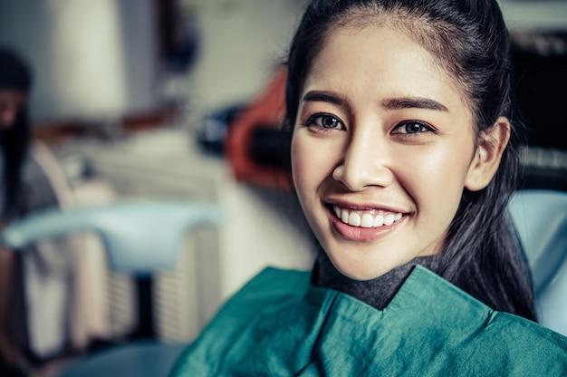 Le dentiste examine les dents du patient.