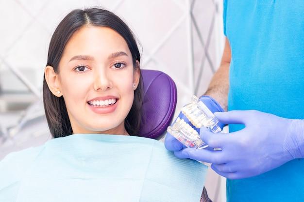 Le dentiste examine les dents des patients chez le dentiste.