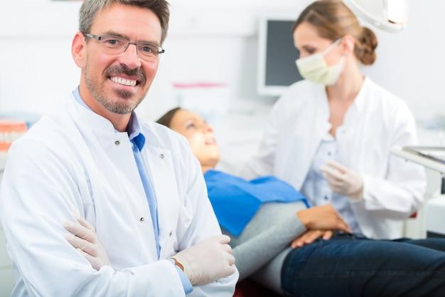 Dentiste expérimenté dans son cabinet