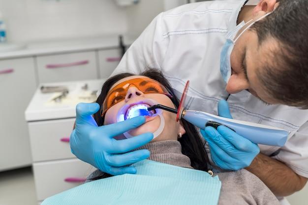 Dentiste faisant blanchiment au patient en stomatologie