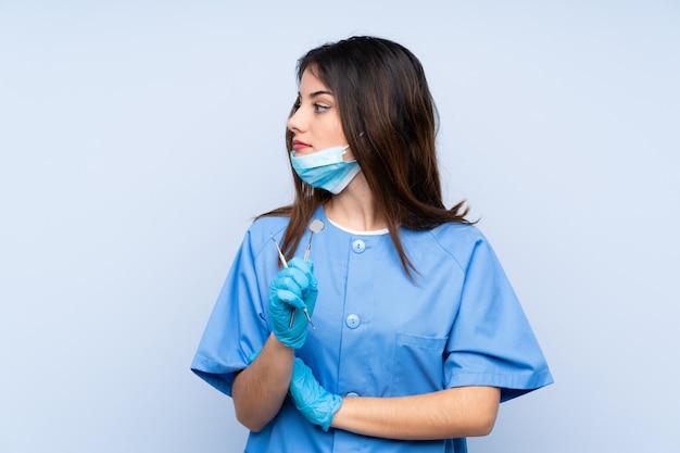 Dentiste femme, tenue, outils, regarder côté
