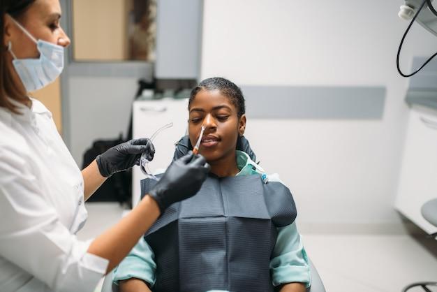 Dentiste et femme, visite en clinique dentaire