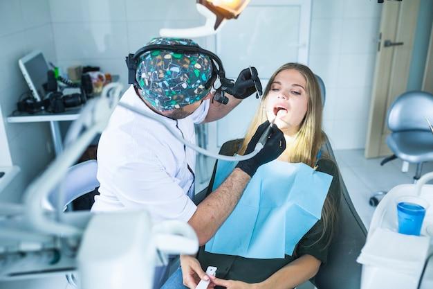 Dentiste guérir les dents du patient féminin