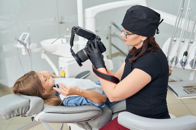 Dentiste inspectant les dents de la jeune fille.