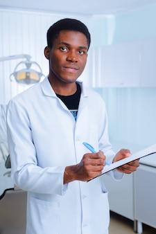 Dentiste noir dans une clinique dentaire