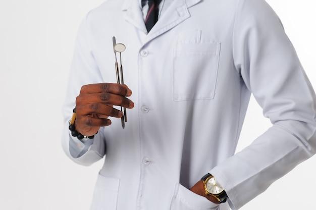Dentiste noir avec des outils dentaires
