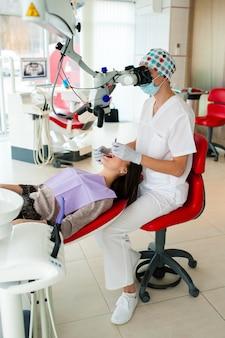 Le dentiste opte pour une belle fille en dentisterie