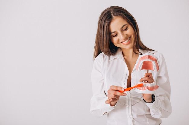 Dentiste avec des outils de dentisterie isolé