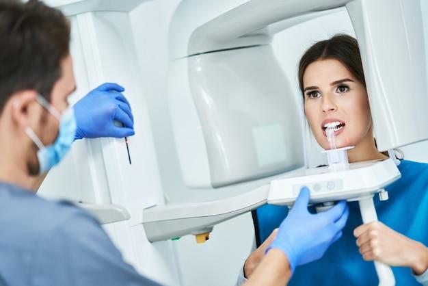 Dentiste prenant une radiographie numérique panoramique des dents d'un patient