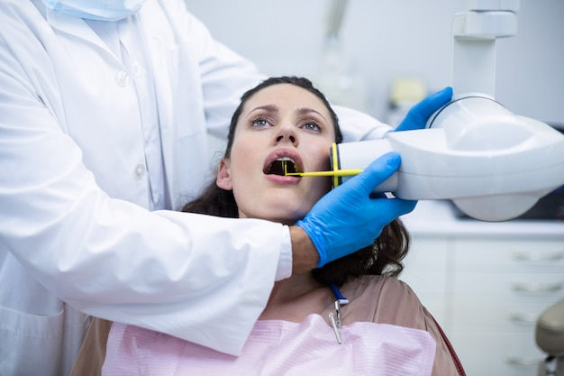 Dentiste prenant des radiographies des dents des patients