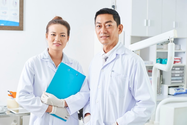 Dentiste et son portrait adjoint