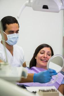 Dentiste, tenue, miroir, devant, patient