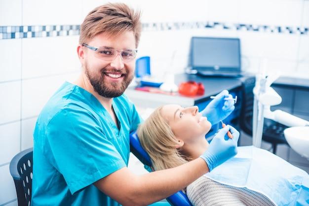 Dentiste traitant le patient