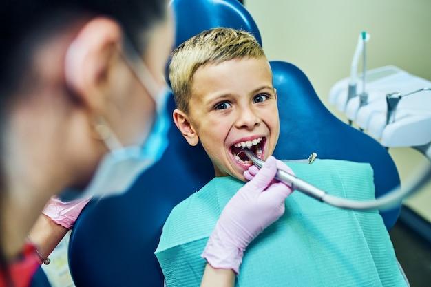 Dentiste traitant ses dents et remplissant la cavité dans une clinique moderne