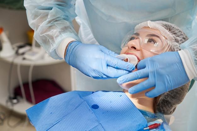 Dentiste utilise une rallonge en caoutchouc pour un patient en clinique