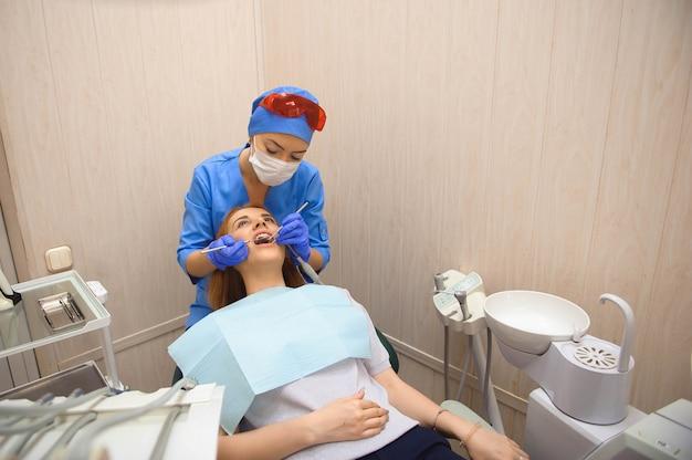 Dentisterie, examen du patient et traitement chez le dentiste