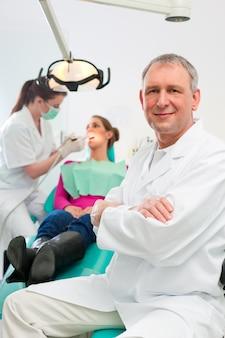 Les dentistes dans leur chirurgie