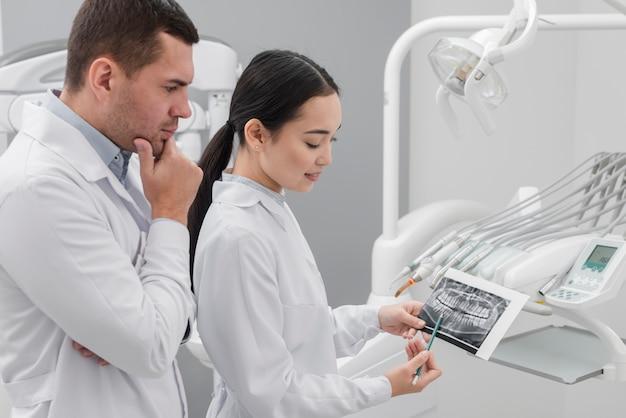 Dentistes examinant scan