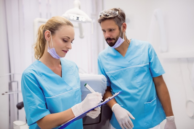 Les dentistes interagissent les uns avec les autres
