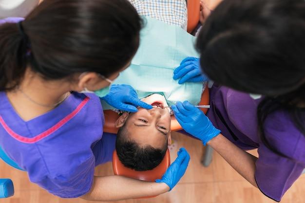 Dentistes lors d'une intervention dentaire avec un patient. concept de dentiste