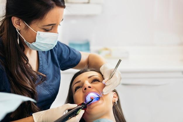 Dentistes avec un patient lors d'une intervention dentaire. concept médical.
