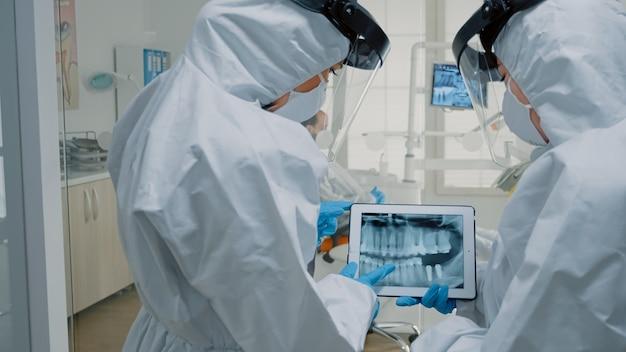 Dentistes professionnels utilisant la technologie pour l'examen oral