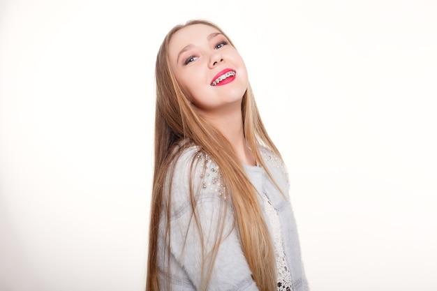 Dents, émotions, santé, personnes, dentiste et concept de mode de vie - sourire sain et beau, l'enfant chez le dentiste. portrait d'une petite fille avec appareil orthodontique.