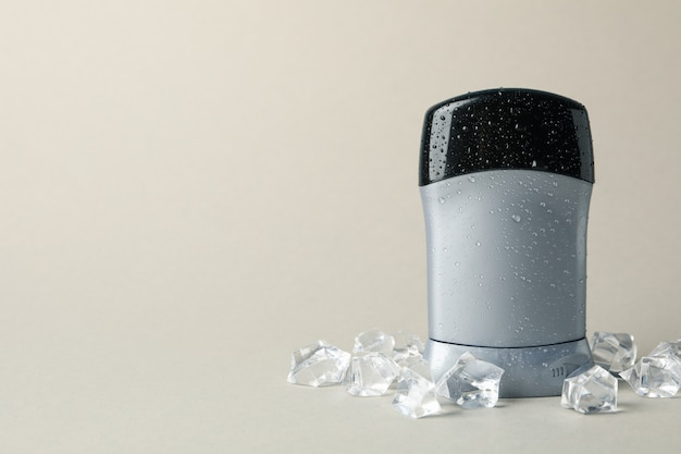 Déodorant corporel sur fond gris, espace vide pour le texte