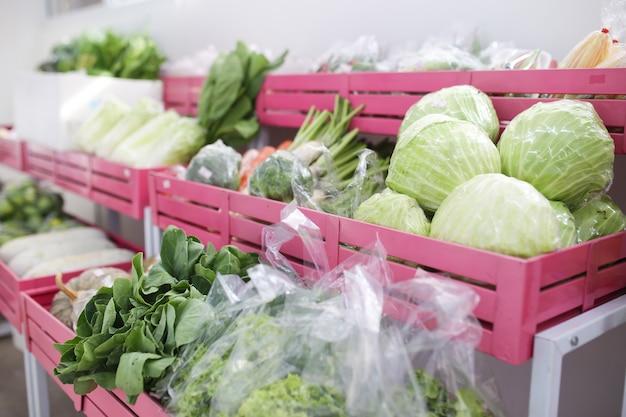 Département de légumes dans un supermarché pour une vente
