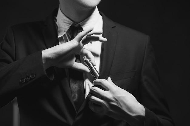 Dépendance aux mauvaises habitudes. la cigarette électronique est un moyen moderne d'arrêter de fumer du tabac