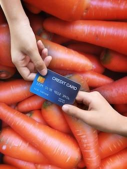 Dépenses, achat de légumes, carottes, paiement par carte de crédit
