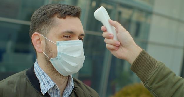 Dépistage des passagers, des voyageurs pour les symptômes du coronavirus covid-19.