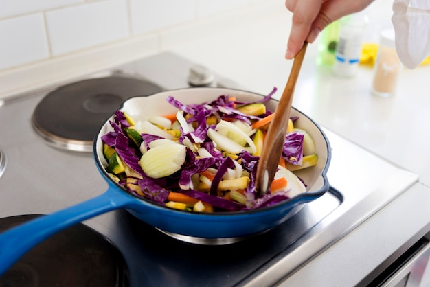 Déplacement de légumes sur une poêle à frire