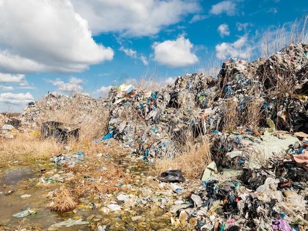 Dépôt de plastique illégal. le plastique toxique exporté d'allemagne est collecté dans des carrières vides de pologne et n'est pas recyclé.