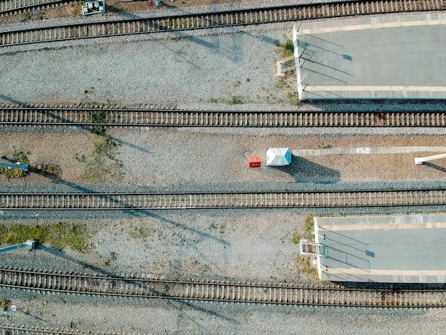 Dépôt de train de métro. drone aérien, train à moteur diesel. vue de dessus